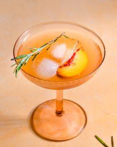 verre de citronnade pêche gingembre et romarin