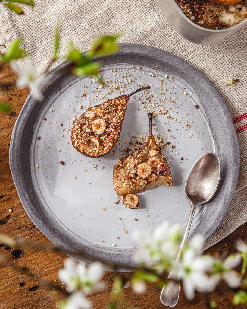 poires au four dans une assiette
