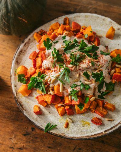 courge rôtie aux épices et sauce au yaourt - recette vegan et sans gluten
